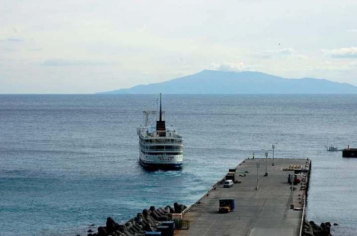 三浦漁港桟橋を出帆した定期船・...